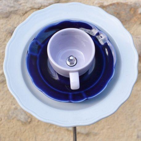 Fleur en vaisselle recyclée bleue