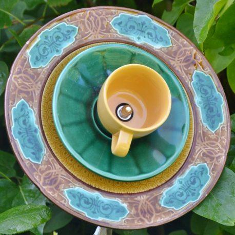 Fleur décorative en vaisselle recyclée pour massifs et jardin