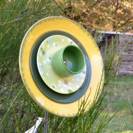 Fleur jaune et verte en vaisselle recyclée