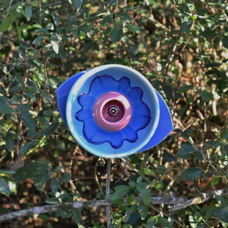 Fleur en vaisselle, déco de jardin