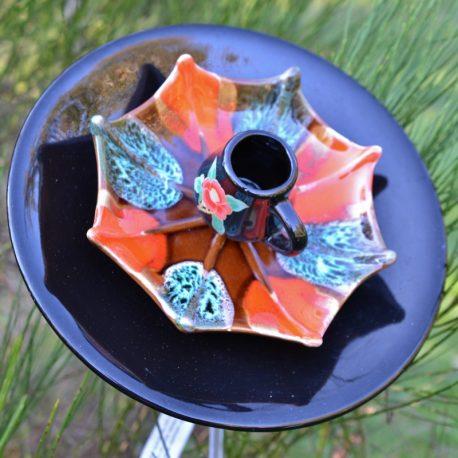 Fleur géante noire en vaisselle recyclée