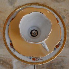 Fleur orangée en vaisselle recyclée à planter