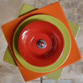 Fleur carrée orange et verte en vaisselle recyclée