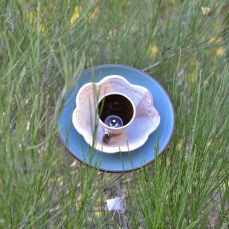 Fleur céramique bleue, déco de jardin