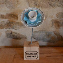 Fleur sur socle en vaisselle recyclée bleue ajourée
