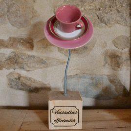 Fleur en vaisselle recyclée sur socle rose