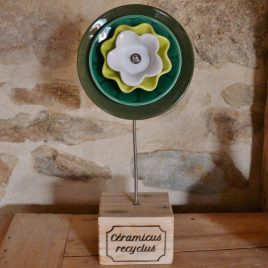 Fleur sur socle verte en vaisselle recyclée