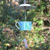 Idée de présentation mangeoire fleurs bleues en vaisselle recyclée