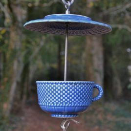 Mangeoire en vaisselle recyclée bleue motifs osier