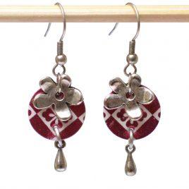 Boucles d'oreille rococo bordeaux brillante, fleur et goutte en métal
