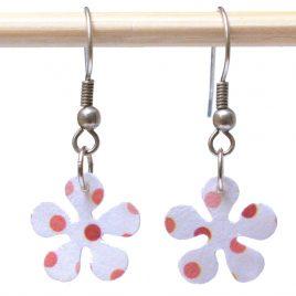Boucles d'oreille papier forme fleur blanches à pois rouge