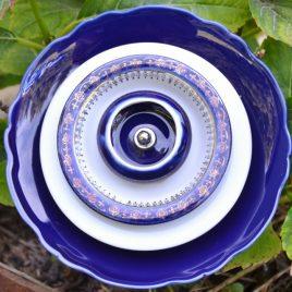 Fleur décorative en vaisselle recyclée. pour pot ou parterre.