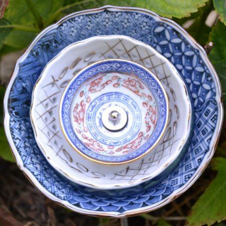 Fleur en vaisselle motifs Asie, décoration pour pot ou parterre.
