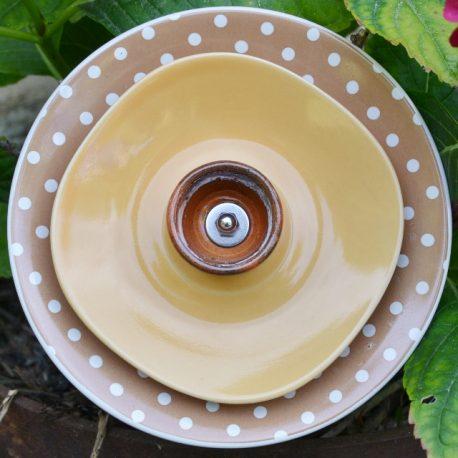 Fleur en vaisselle recyclée motifs pois, décoration pour pot ou parterre