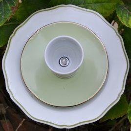 Fleur en vaisselle recyclée pour pot ou parterre, coquetier liseré vert