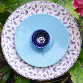 Fleur en vaisselle recyclée motifs feuillages violet pour pot ou parterre.