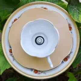 Fleur orangée dorée en vaisselle recyclée pour décoration de pot ou parterre de fleurs