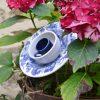 Fleur en vaisselle recyclée motifs raisins pour déco parterre et pots
