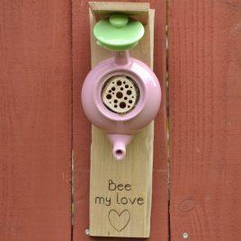 Hôtel à insectes fabriqué à partir d'une petite théière. Bee my love !