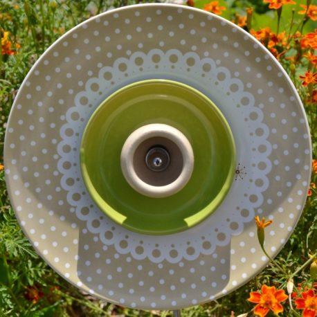 Déco de jardin, fleur en vaisselle recyclée pour jardinière